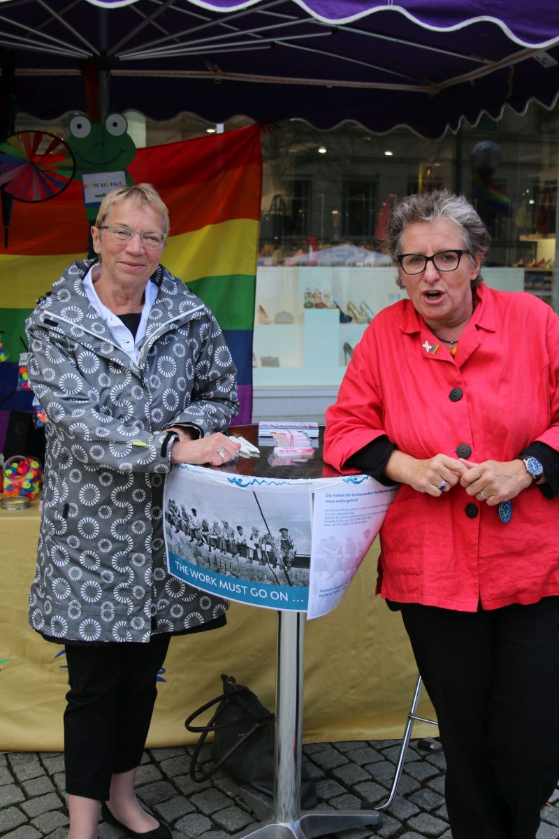 Schirmherrin des CSD in Kiel Anke Spoorendonk, Ministerin für Justiz, Kultur und Europa (SSW) und Ursula Schele (rechts)