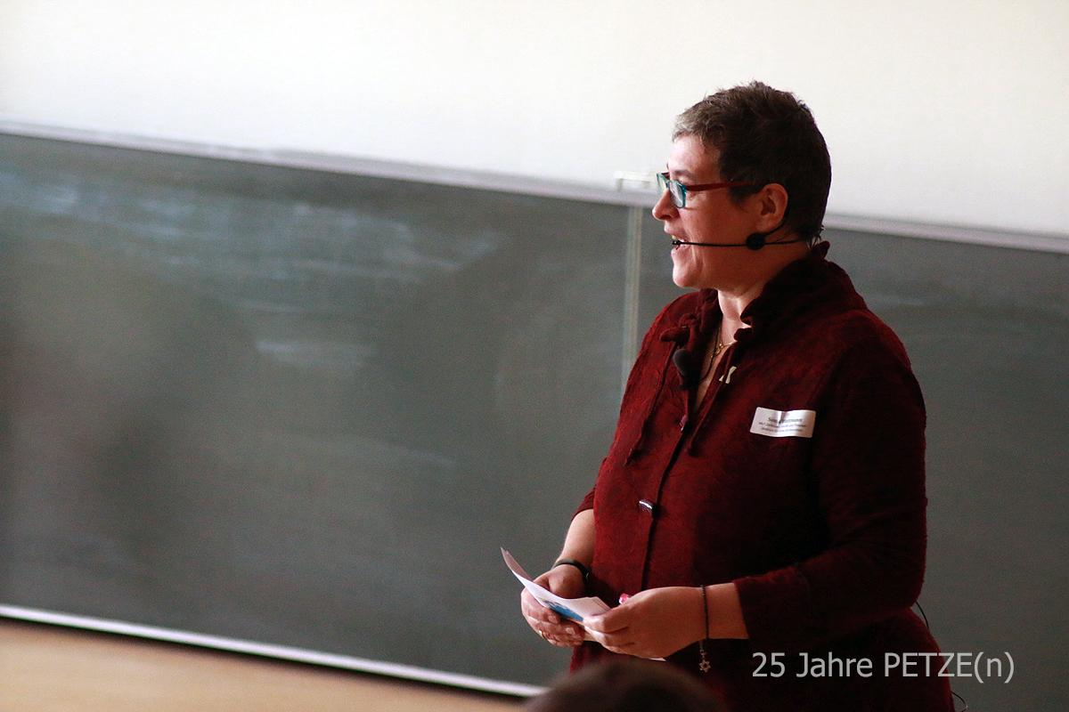 Moderatorin Sonja Blattmann führt durch die Veranstaltung