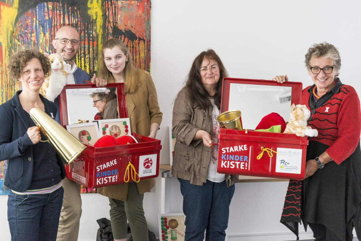 """Die """"Starke Kinder Kiste!"""" schützt Kita-Kinder vor sexueller Gewalt – Bundesweiter Präventionsplan in Würzburg vorgestellt."""