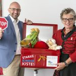 Übergabe der Starke-Kinder-Kiste in Würzburg: Jerome Braun (Hänsel+Gretel) und Ursula Schele (Petze), Bildnachweis: Hannes Deters (hannesdeters.com)