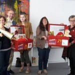 Übergabe der Starke-Kinder-Kiste in Würzburg: Pia Zeiher (Petze), Jerome Braun (Hänsel+Gretel), Hannah Weinmann (Benefizlauf), Gisela Höhl (Wildwasser Würzburg), Ursula Schele (Petze)