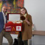 Übergabe der Starke-Kinder-Kiste in Würzburg: Jerome Braun (Hänsel+Gretel), Hannah Weinmann (Benefizlauf)